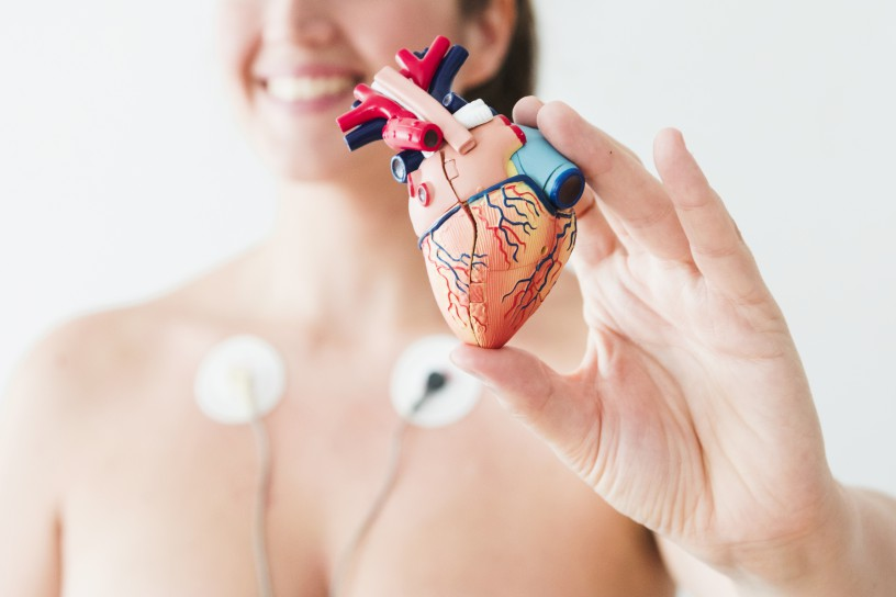Femme figurine coeur